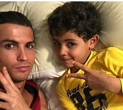 Cristiano Ronaldo recorda o dia do nascimento do filho, que até já marca golos como o pai