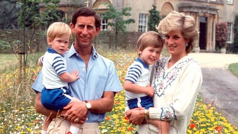 Carlos e Diana de Inglaterra com os filhos, William e Harry