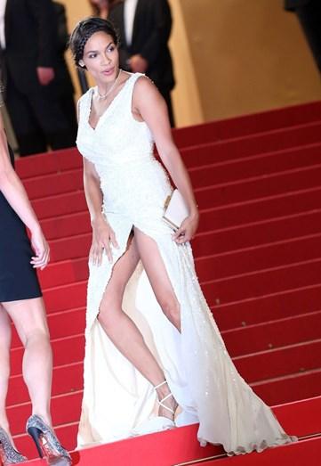 """Em 2013 foi o momento """"oops"""" de Rosario Dawson no Festival de Cinema de Cannes"""