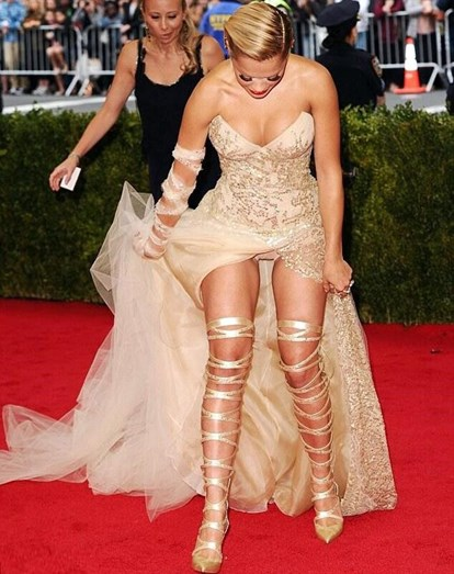 "Rita Ora ""atrapalhada"" no Met Ball"