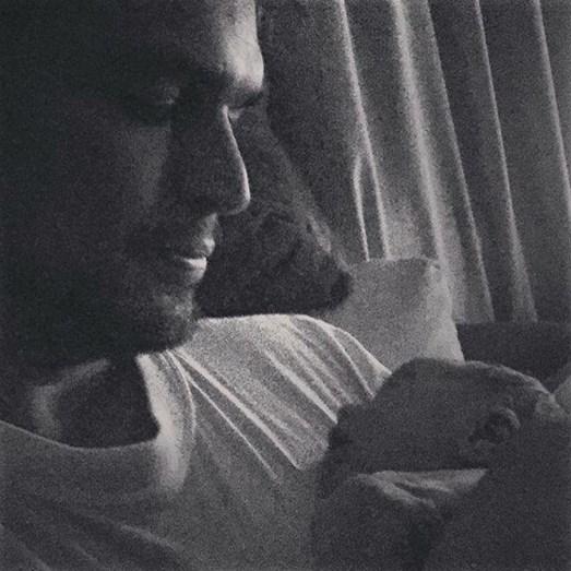 Diogo Morgado com o segundo filho, Afonso, ao colo, nascido no início de maio de 2016