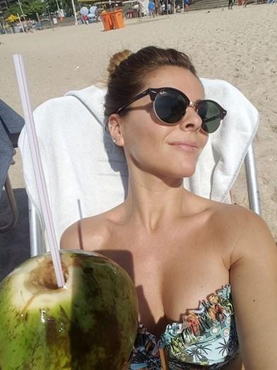 Sónia Araújo na praia do Leblon, no Rio de Janeiro