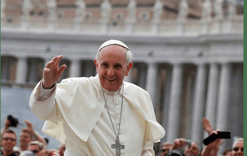 A alegria de Francisco é contagiante. O Sumo Pontífice acena aos fiéis na Praça de S. Pedro, no Vaticano.