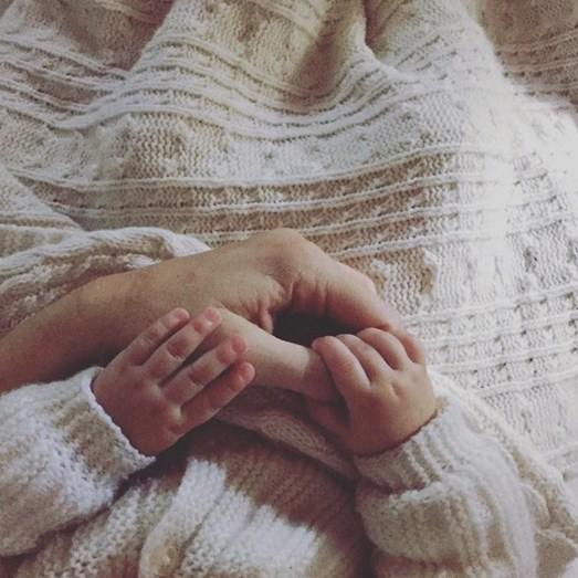Sofia Cerveira mostra as mãozinhas da pequena Vitória