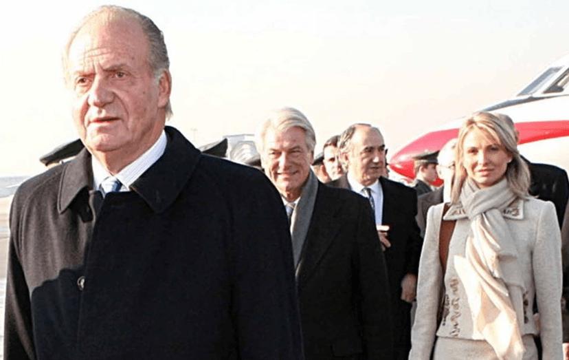 A alemã Corinna zu Sayn-Wittgenstein com quem manteve uma relação desde 2004 e durante anos foi uma das causas porque Juan carlos renunciou ao trono, em 2014. Corinna chegou a acompanhar o rei em viagens oficiais. Na foto de branco, atrás de Juan Carlos