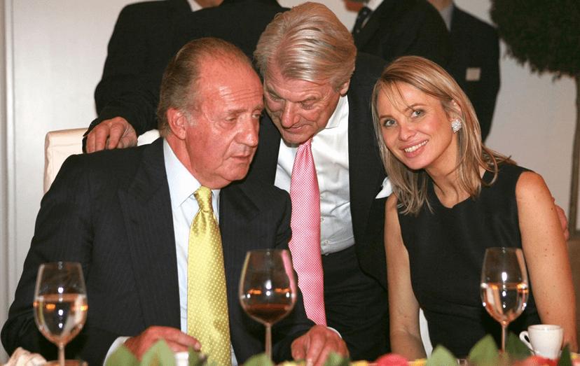 """Juan Carlos e Corinna num evento. O rei nunca dispensava a companhia desta """"amiga especial"""" e ela chegou a viver junto do palácio"""