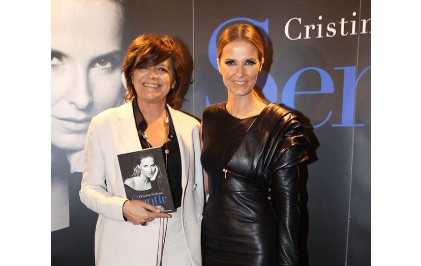 """Júlia e Cristina Ferreira no lançamento do livro da apresentadora da TVI. Foi Júlia a """"mãe televisiva"""" de Cristina"""