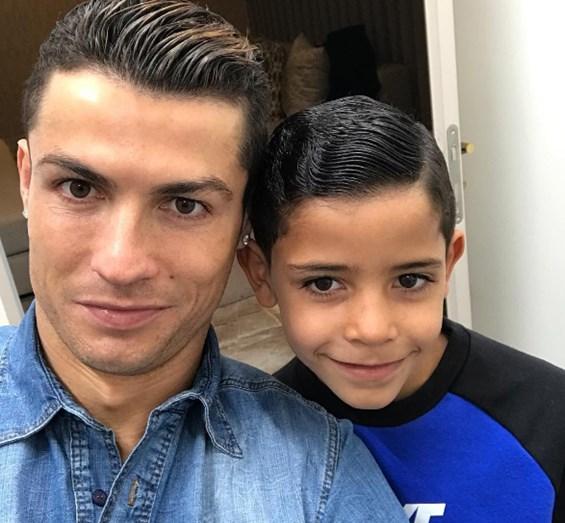 """""""O casal perfeito"""", brincou Cristiano Ronaldo, na fotografia com o filho, Cristianinho"""