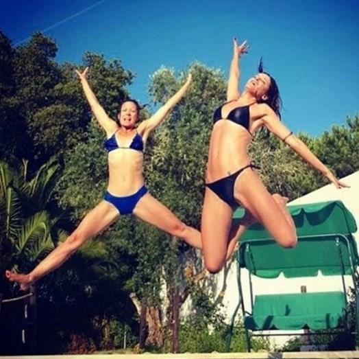 A atriz com uma amiga num momento divertido a saltarem para a piscina