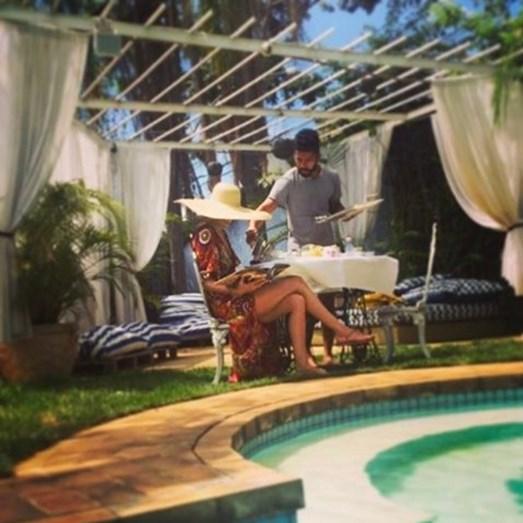 Maria João Bastos numa tranquila manhã de domingo, à beira da piscina