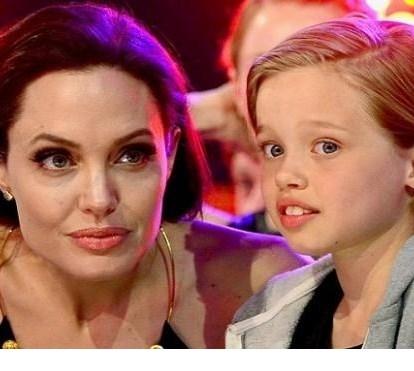 Angelina Jolie parte de férias com a família, longe de Brad Pitt