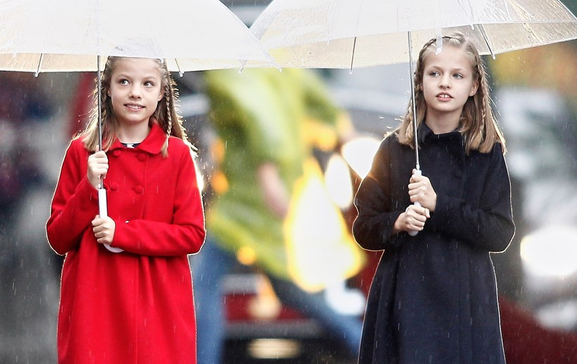 As filhas dos reis de Espanha, Sofia e Leonor (à direita) nos festejos do Dia Nacional, em 2016