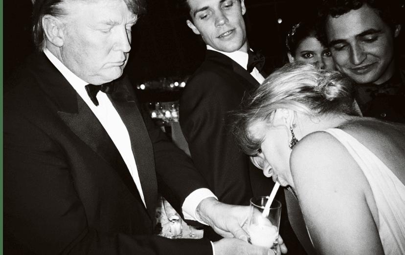 Nesta foto de Mario Testino, Donald Trump partilha a sua bebida com Kate Moss junto de Zac Posen e Roberto Bolle, em 2008, Nova Iorque