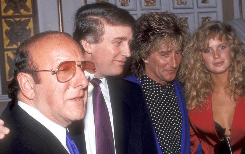 O magnata com Clive Davis, Rod Stewart e Rachel Hunter, em 1990