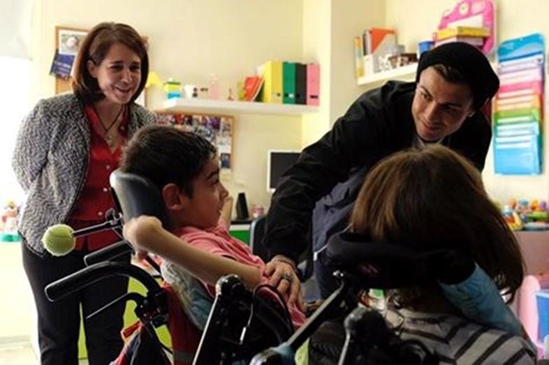 Cristiano Ronaldo na Fundação Numen, que trata de crianças com paralisia cerebral
