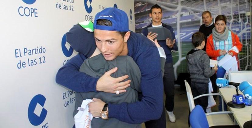 Cristiano Ronaldo abraça criança com leucemia