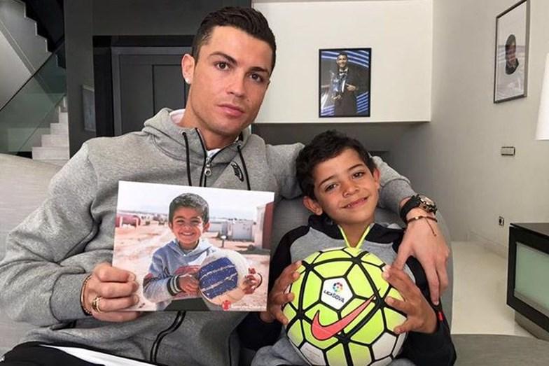 Cristiano Ronaldo ao lado do filho, Cristianinho, solidário com as crianças da Síria