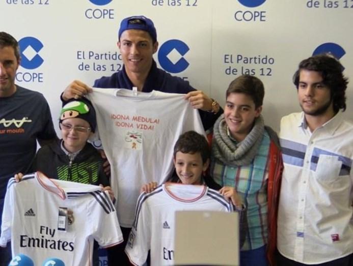 Cristiano Ronaldo numa iniciativa com crianças com leucemia
