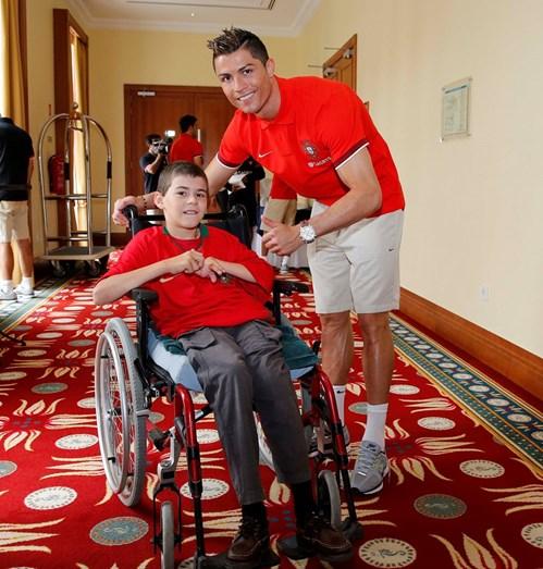 Ronaldo recebe a visita de uma criança doente durante o estágio da seleção portuguesa