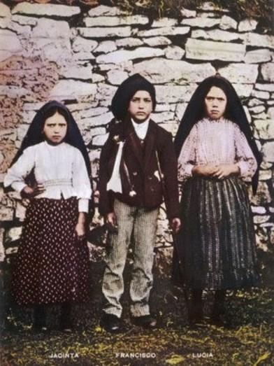 Os pastorinhos Jacinta, Francisco e Lúcia aquando da aparição da imagem da Virgem Maria em Fátima, em 1917