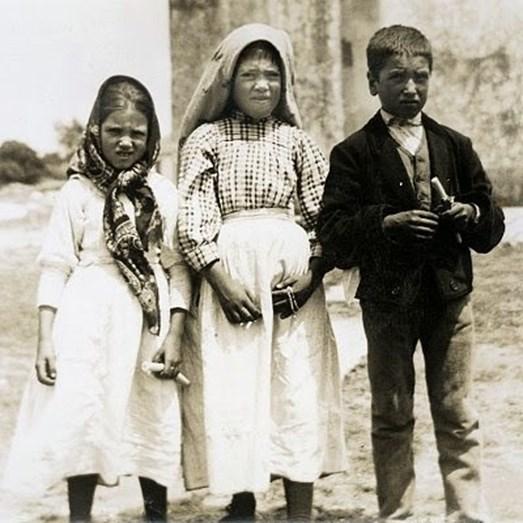 Outra imagem de Jacinta Marto e Francisco Marto com Lúcia (ao centro)