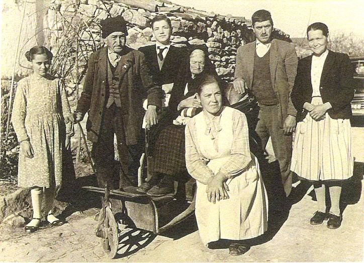 Já em meados do século XX, a família de Francisco e Jacinta posa para a fotografia
