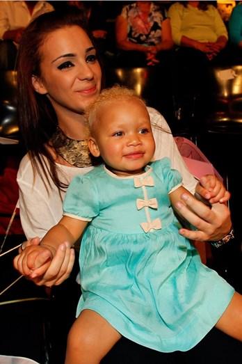 Luísa, irmã de Luciana, com a sobrinha Lyonce ao colo. A separação de Luciana da mãe e da irmã era imprevisível para o grande público