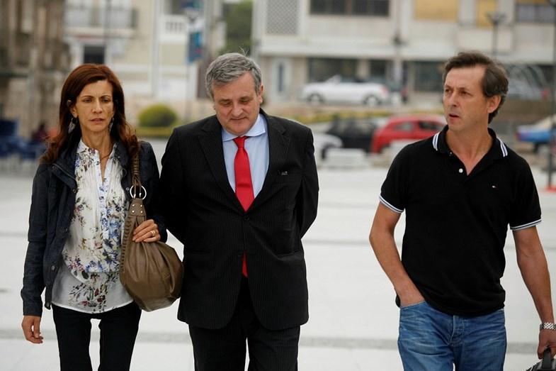 Os pais de Rui Pedro, Filomena Teixeira e Manuel Mendonça, com o advogado Ricardo Sá Fernandes