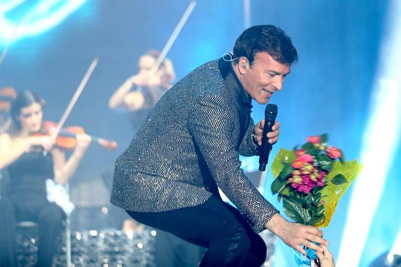 Tony Carreira recebe flores num concerto em Guimarães