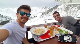 Lourenço Ortigão de férias na neve com amigo