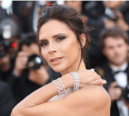 Victoria Beckham é condecorada pelo duque de Cambridge no Palácio de Buckingham