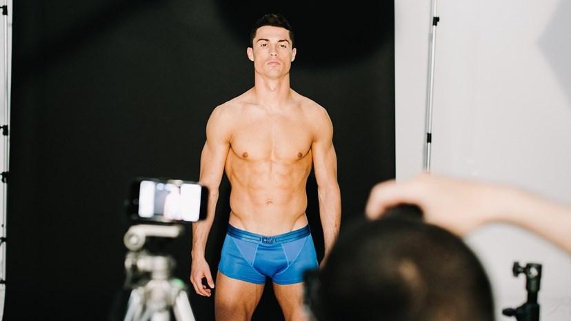 Cristiano exibe corpo musculado