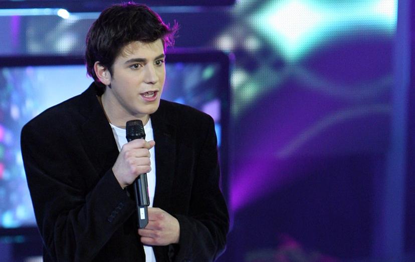 O cantor no ano seguinte (2010), novamente no Idolos, na primeira gala