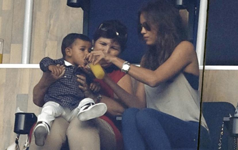 Irina Shayk a alimentar o filho do ex-namorado, sob o olhar atento de Dolores Aveiro.