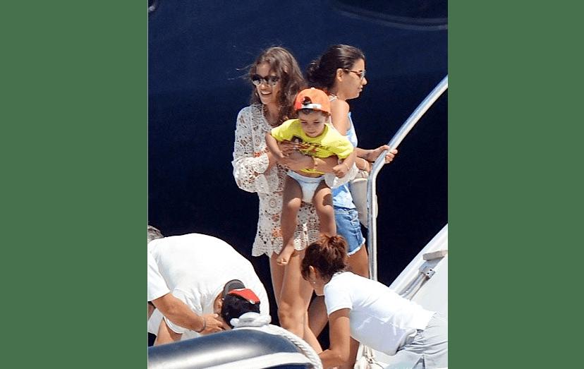 """Irina Shayk foi a eleita para fazer o papel de """"madrasta perfeita"""" de Cristianinho. Aqui, durante umas férias em Saint-Tropez, com o filho de Ronaldo ao colo."""