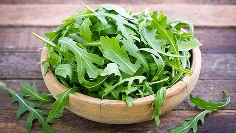 RÚCULA - Possui pouquíssimas calorias. Este vegetal é uma excelente opção para misturar nas suas saladas e pode ser ingerido sem moderação