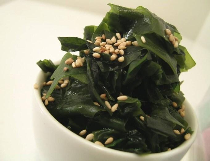 ALGAS MARINHAS - Este alimento é uma boa fonte de iodo, mineral essencial para o funcionamento da tiroide, que contribui para a regulação das hormonas e evita ganho de peso