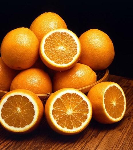 """LARANJA - Um sumo de laranja tem bastantes calorias e pode engordar, mas """"in natura"""", ajuda na perda de peso por conter poucas calorias e ser uma fonte de água e fibras, que regulam o intestino e promovem o emagrecimento saudável"""