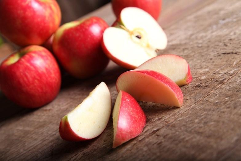 MAÇÃ - Uma maçã tem cerca de 50 calorias. É rica em fibras, por isso ajuda a regular o intestino e promove grande saciedade