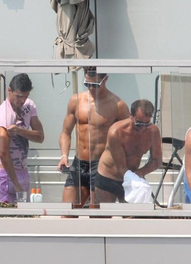 Cristiano Ronaldo com o na altura cunhado e grande amigo José Pereira, mais Irina na piscina de um hotel de luxo em Nova Iorque, EUA, em 2010.