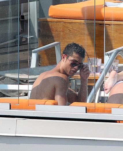Cristiano Ronaldo com o na altura cunhado e grande amigo José Pereira, mais Irina na piscina de um hotel de luxo em Nova Iorque, EUA, em 2010