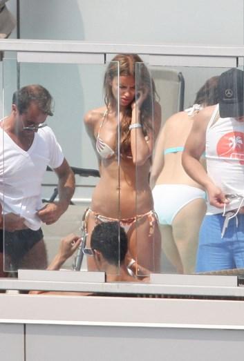 Cristiano Ronaldo e Irina na piscina de um hotel de luxo em Nova Iorque, EUA, em 2010