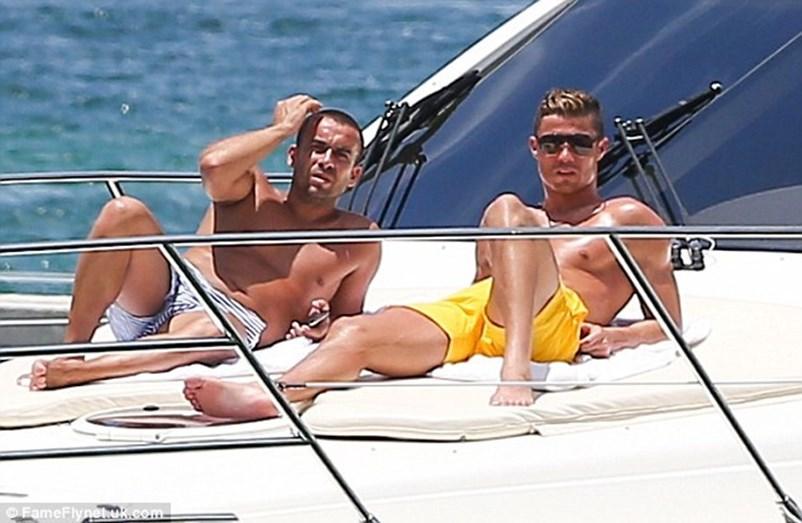 Cristiano e o amigo Ricardo Regufe, num iate em Miami