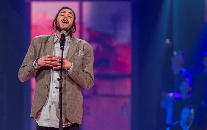 Salvador Sobral a interpretar 'Amar pelos Dois', no Festival RTP da Canção 2017