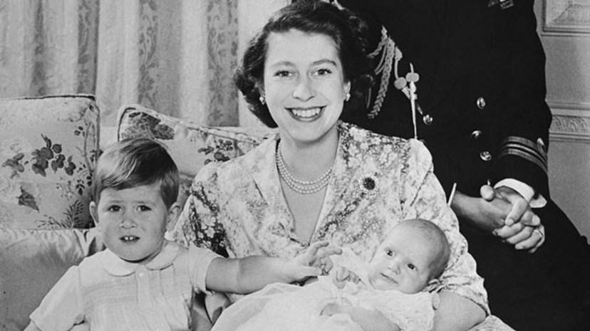 Isabel II com os filhos, os príncipes Carlos e Anne