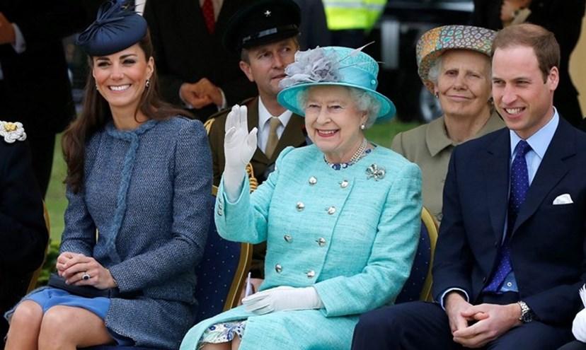 Isabel II com o neto, o príncipe William, e Kate Middleton.