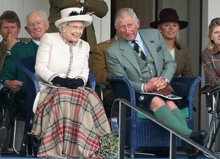 A monarca britânica com o herdeiro ao trono, príncipe Carlos.