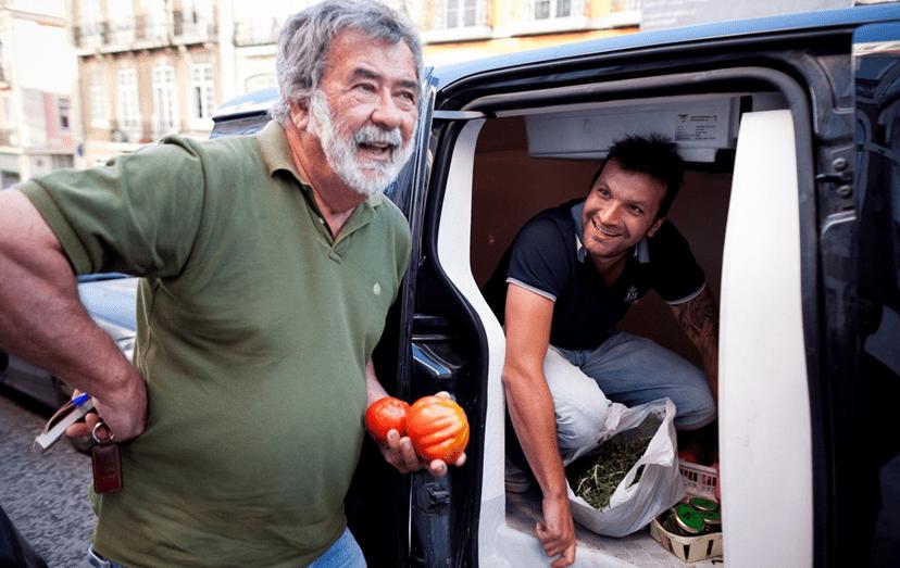 O 'chefe' com um dos produtores de hortícolas e queijo a quem faz compras