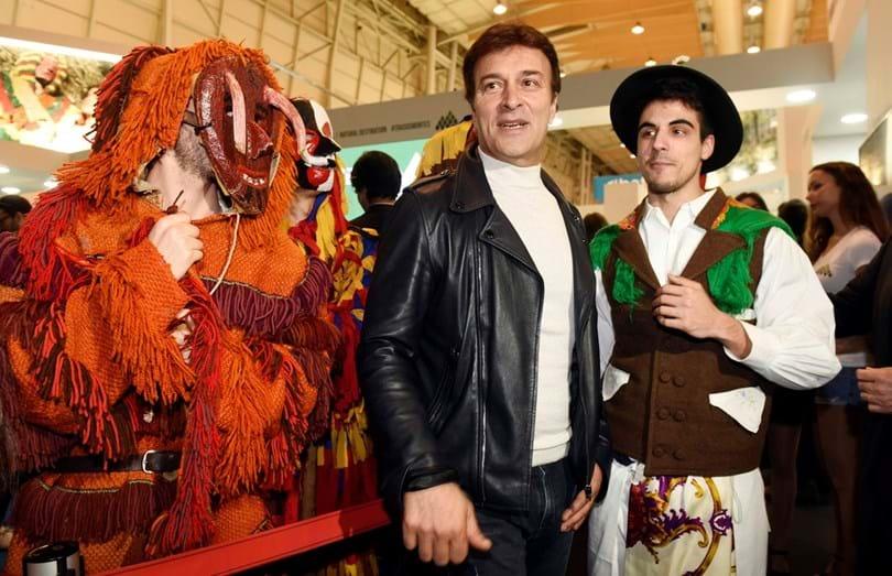 Tony Carreira e as mascotes do 'stand'