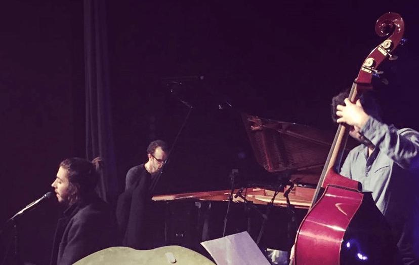 O músico a afinar a voz antes do concerto de sexta, 17 de março, em Olhão